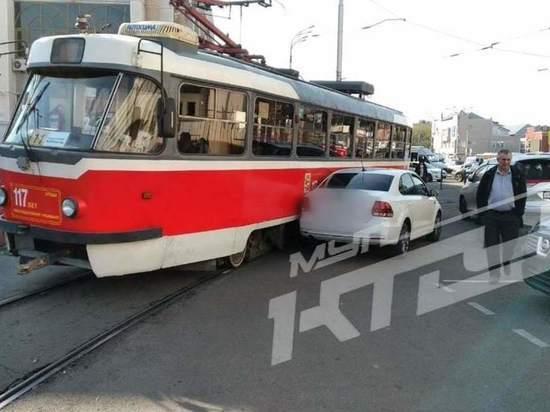 В Краснодаре движение электротранспорта парализовало из-за столкновения трамвая с авто