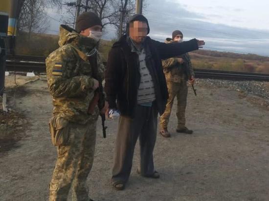 ПодХарьковом задержали украинца в шлепанцах, который шел в Россию
