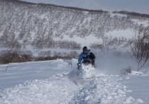 Снегоход врезался в препятствие и опрокинулся в ямальской тундре