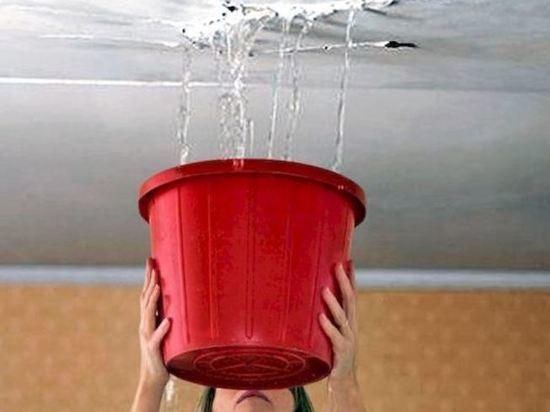 Жильцов дома без крыши в Воронеже затапливает дождями