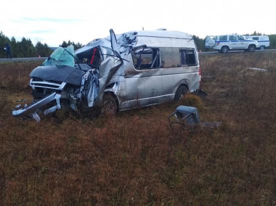 Под Красноярском из-за перевернувшегося микроавтобуса пострадали 8 человек