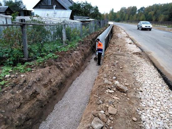 Дорогу на границе с Латвией ремонтируют в Псковской области