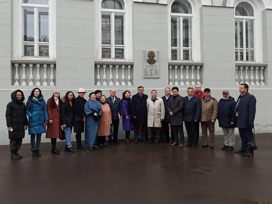В минувшую субботу, 24 октября, на историческом здании Научной библиотеки имени Лобачевского Казанского федерального университета была установлена мемориальная доска первому бурятскому ученому ДоржиБанзарову