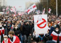 """Политический кризис в Белоруссии  вступил в новую затяжную, но очень опасную фазу, а Кремль вынужден наблюдать за этим с одной рукой, прочно связанной за его """"спиной"""""""