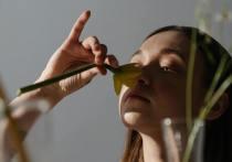 Потеря обоняния – один из самых ярких симптомов коронавируса. Это не та заложенность носа, как при простуде, когда все забито так, что приходится дышать ртом. При COVID-19 знакомого насморка нет – воздух вроде проходит, а вот запахи отсутствуют.  Вдобавок в процессе выздоровления может возникнуть состояние, при котором возникают обонятельные иллюзии.