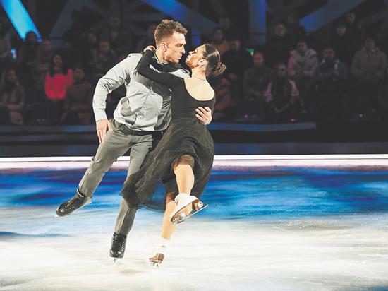 Влад Топалов не без иронии замечает, что кататься в «Ледниковом периоде» вместе с женой довольно удобно