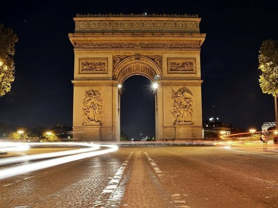 """В Париже эвакуировали площадь вокруг Триумфальной арки из-за """"бомбы"""""""