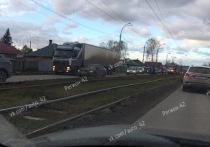 Фура и легковушка попали в ДТП в Заводском районе Кемерова