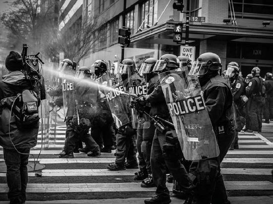 Полиция Филадельфии предупредила о толпе из тысячи человек, устроивших погромы