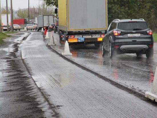 Псковские водители мешают укладывать асфальт