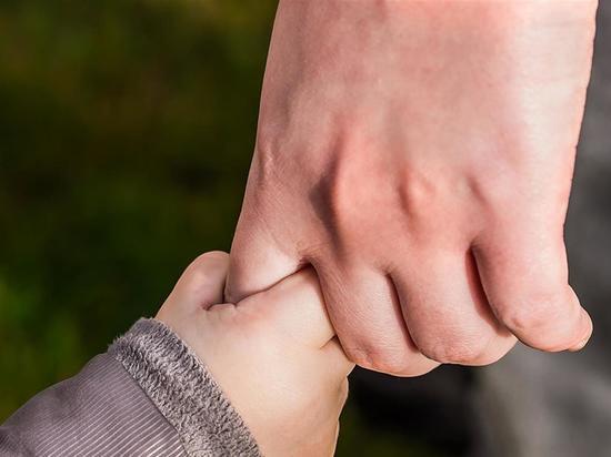 В Чебоксарах годовалый ребенок застрял рукой в детской коляске