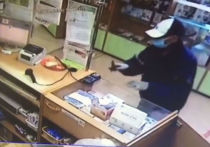 Человек в маске ограбил аптеку в Кузбассе