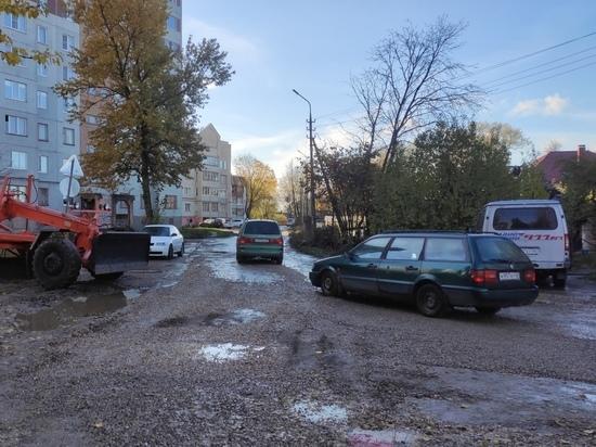 Псковские власти пригрозили санкциями подрядчику за медленный ремонт Аллейной