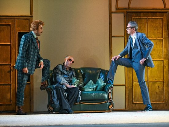 Смех сквозь маски: в Тверском театре драмы сыграли премьеру спектакля, в котором все идет не по плану