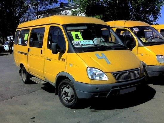 В Барнауле угнанный маршрутный автобус врезался в грузовик