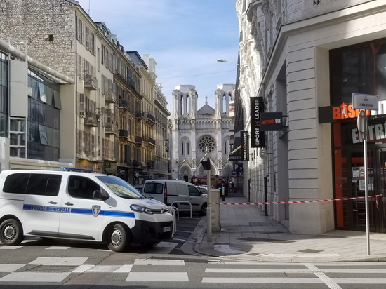 В церкви Ниццы обезглавлена женщина, мужчине перерезали горло