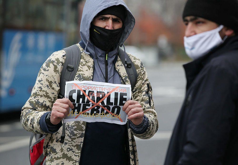 Появились жутковатые кадры митинга мусульман в Москве против карикатур на пророка