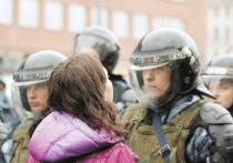 Вооружённая группа правоохранителей, 12 человек, в полной амуниции врывается на рассвете в дом женщины