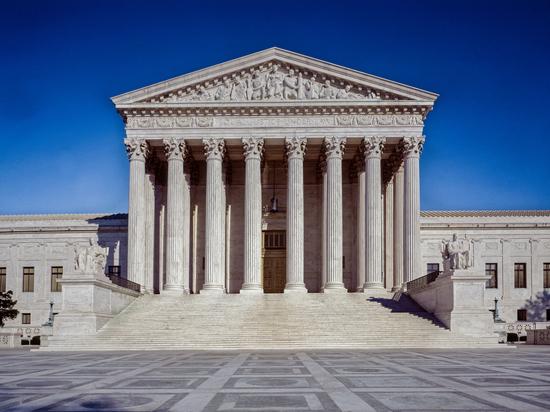 Верховный суд 5 голосами против 3 отклонил решение нижестоящей инстанции, позволившей властям штата Висконсин учитывать на президентских выборах избирательные бюллетени, доставленные по почте в течение 6 дней после дня голосования, при условии, что они были отправлены не позднее 3 ноября