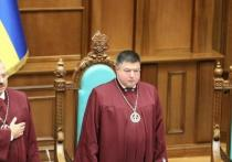 В Государственном бюро расследований Украины сообщили, что председатель Конституционного суда Александр Тупицкий вызван на допрос с целью проверки его причастности к преступной организации