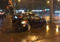 Легковушка врезалась в столб на проспекте Стачек