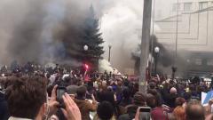 В Киеве закидали дымовыми шашками здание Конституционного суда: видео беспорядков