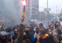 В Киеве снова жгут шины: Зеленский сцепился с Конституционным Судом