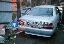 УГИБДД: Пьяная женщина на Nissan снесла забор дома в Чите