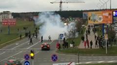 В Минске протестующих забросали светошумовыми гранатами: кадры взрывов