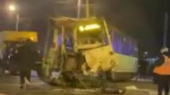 Фура на скорости снесла трамвай в Челябинске: кадры смятого вагона