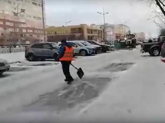 Дорожники не смогли очистить двор Нового Уренгоя из-за припаркованных машин