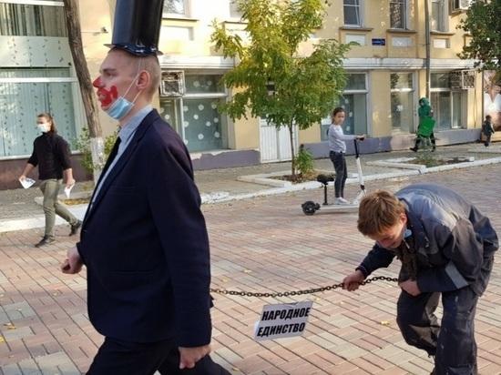 В Астрахани в День народного единства в центре города на цепи провели молодого рабочего