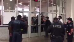 Протестующие в Мичигане оцепили избирательный штаб: творится хаос