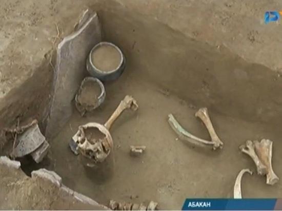 Около 20 древних могил обнаружили археологи при раскопках В Абакане