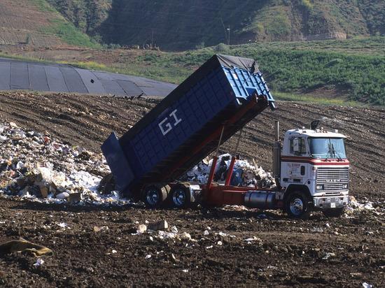 За семь дней из Луганска вывезли 10 000 кубометров мусора