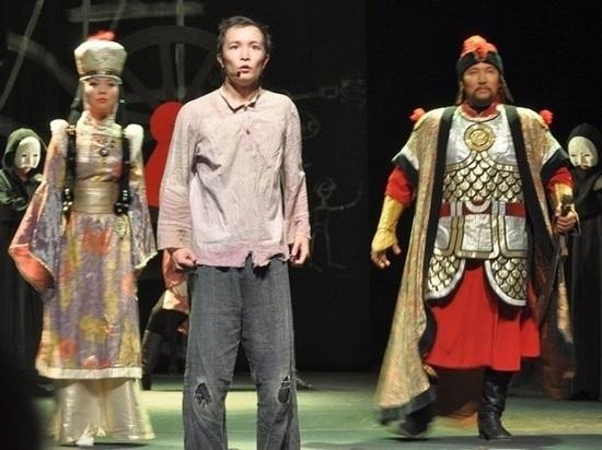 Спектаклем «Араш» сегодня в столице Хакасии Абакане открылись гастроли Национального ордена «Знак Почета» драматического театра имени Баатра Басангова
