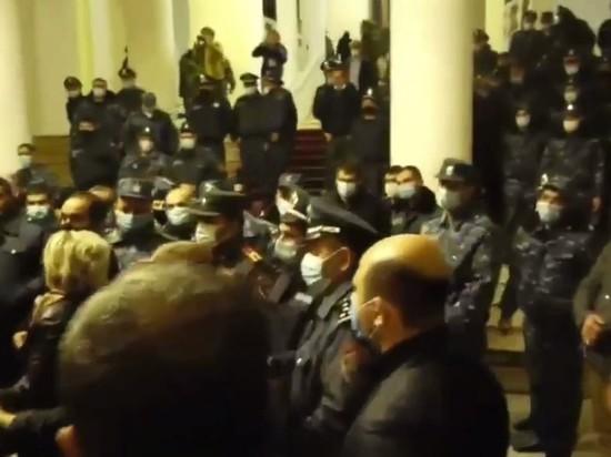 В Ереване избили спикера парламента