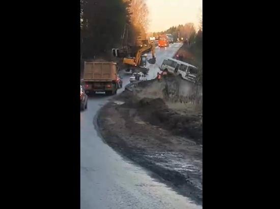 На дороге в Тверской области в кювет упали автобус и грузовик