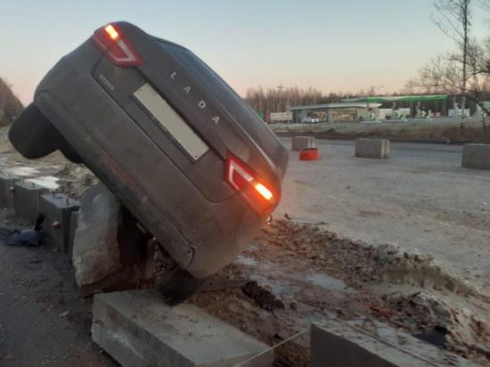 В Рязанской области на бетонном ограждении повис автомобиль