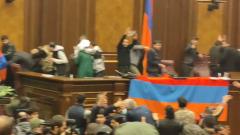 В Ереване разгромили правительство после объявления перемирия с Азербайджаном