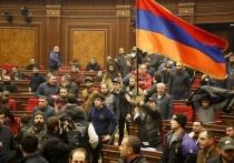 Протестующие в Ереване разгромили парламент