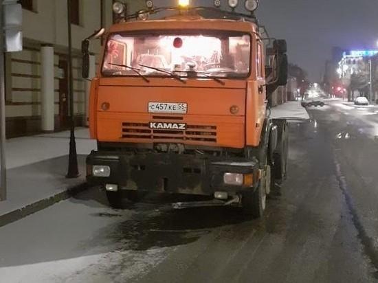 В Кирове успешно продолжают бороться с гололёдом