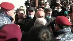 Появилось видео мощных беспорядков в Ереване: толпа против силовиков