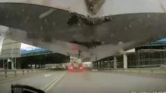 Переживший падение моста на Рублевке водитель показал запись видеорегистратора