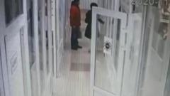 Нападение ревнивца на жену в салоне красоты сняли камеры видеонаблюдения