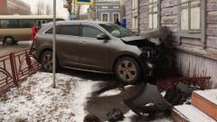 После аварии на Трилиссера в Иркутске машина врезалась в дом