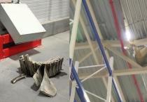 На крышу склада распределительного склада торговой сети «Лента» упала деталь от двигателя самолета Ан-124-100 «Руслан», который совершил аварийную посадку в аэропорту Толмачево.