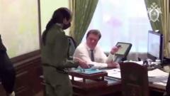 СК показал задержание мэра Томска Кляйна: вывели из кабинета