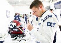 Российский пилот команды «Альфа Таури» Даниил Квят может покинуть чемпионат мира по автогонкам в классе «Формула-1» в новом сезоне. Официального объявления еще не было, но большинство экспертов уверенно утверждают, что контракт Квята продлен не будет, а в команде появится новый молодой и перспективный пилот. «МК-Спорт» объясняет, почему болельщикам Квята из-за этого не стоит переживать.