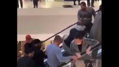 В Сочи покупатели ТЦ спасли ребенка, застрявшего в эскалаторе: видео